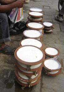 Juju Dhau (El yogur tipico de Bhaktapur). http://tasteofnepal.blogspot.com/2012/02/juju-dhau-king-of-yogurt-from-bhaktapur.html